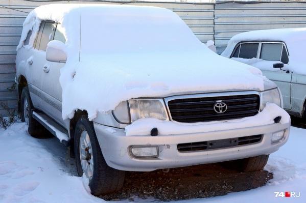 Toyota Land Cruiser содержали на штрафстоянке на улице Братьев Кашириных — сюда привозят машины, которые проходят вещдоками по уголовным делам, или их владельцы попались в нетрезвом виде