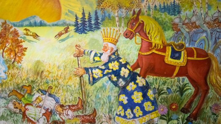 Раскрасил от пола до потолка: в Екатеринбурге 90-летний сторож превратил школу в картинную галерею