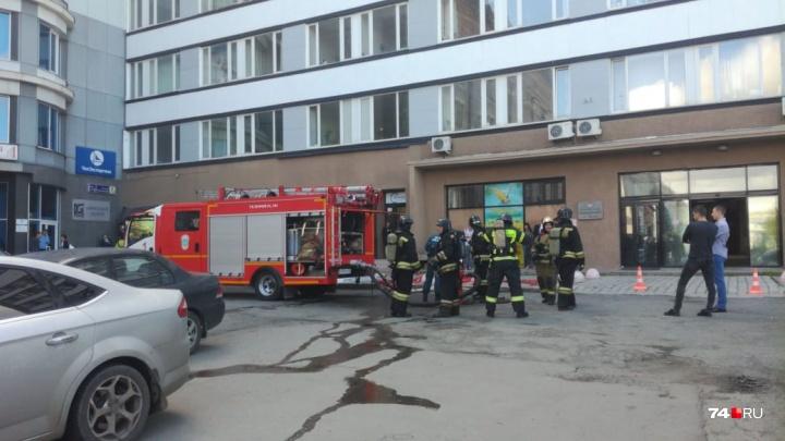Утро началось не с кофе: из офисного здания в центре Челябинска эвакуировали 150 человек