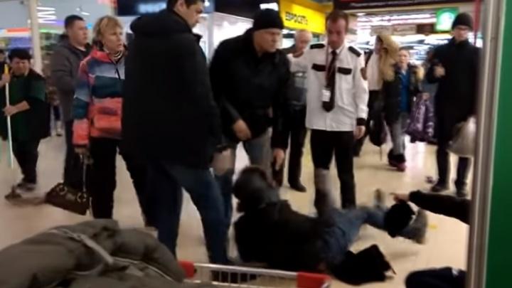 В Екатеринбурге охранник гипермаркета «Окей» подрался с посетителями: видео