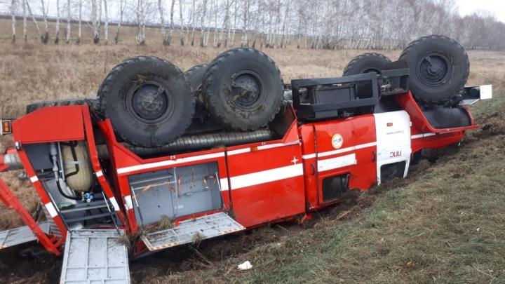 На трассе в Башкирии перевернулась пожарная машина