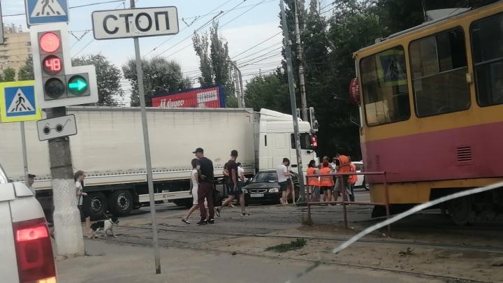 «Кто-то попал на деньги»: ДТП перегородило дорогу трамваю в Волгограде