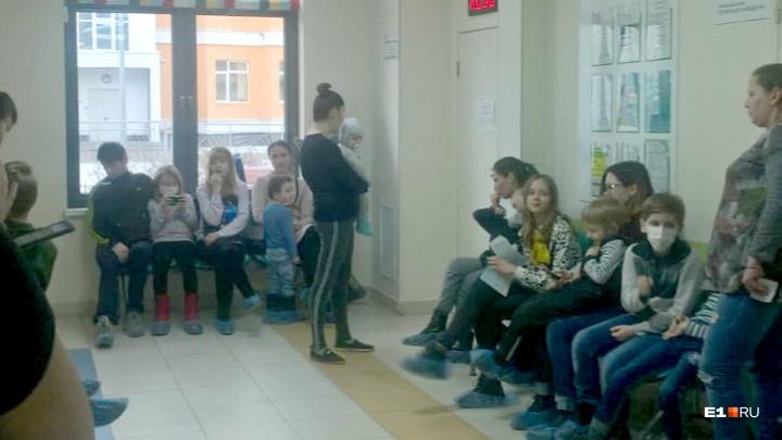 В поликлинике в Академическом объяснили, почему дети пять часов не могли попасть на прием к врачу