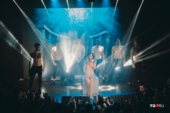 Альбом, как и концертный тур певицы, называется «Принимай меня»