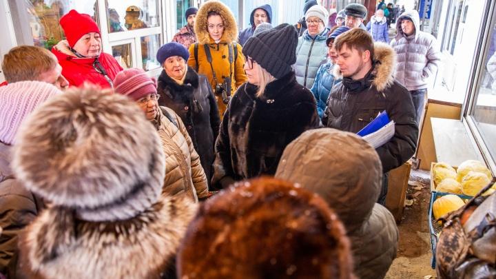 «Мы Путину напишем»: бунтующие против закрытия рынка торговцы толпой набросились на чиновницу. Видео