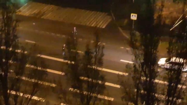 Бросались под машины и избили водителя: трое юношей устроили дебош на Московском шоссе