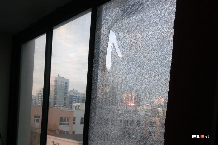 Толстое стекло на балконе третьего этажа разбито