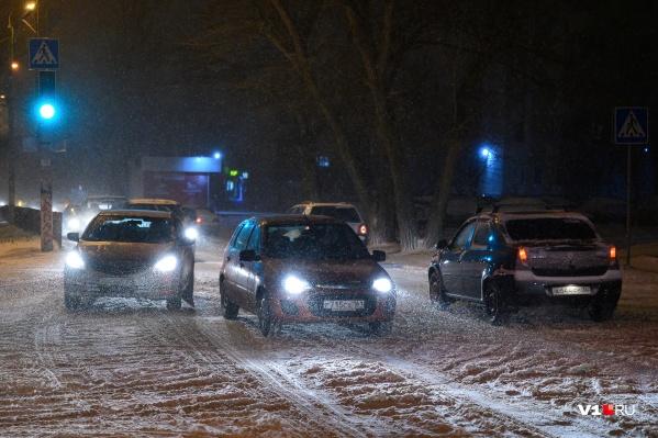 Начавшийся днем снег, по прогнозу синоптиков, не прекратится всю предстоящую ночь