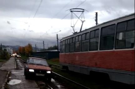 Наглец на «Ладе» объехал пробку на 60 лет Октября по трамвайным путям