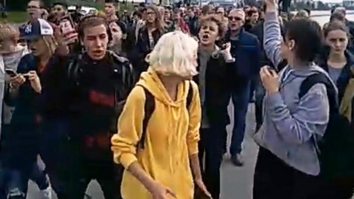 Полиция задерживает людей на митинге об отмене повышения пенсионного возраста