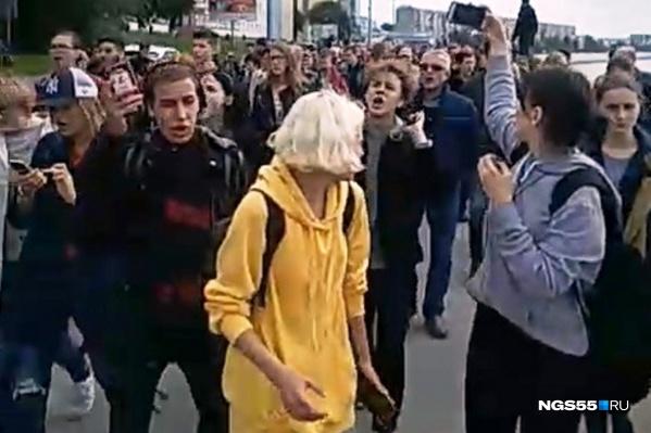 Митингующие громко скандируют лозунги