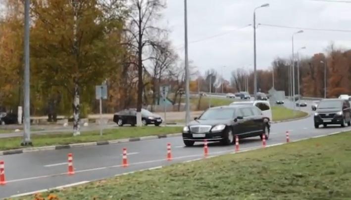 Видео дня: кортеж Путина выезжает из Стригино