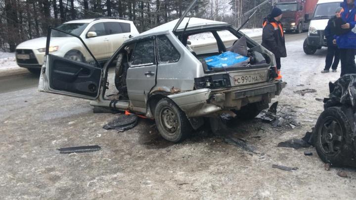 От «четырнадцатой» мало что осталось: на трассе Екатеринбург — Курган лоб в лоб столкнулись две легковушки