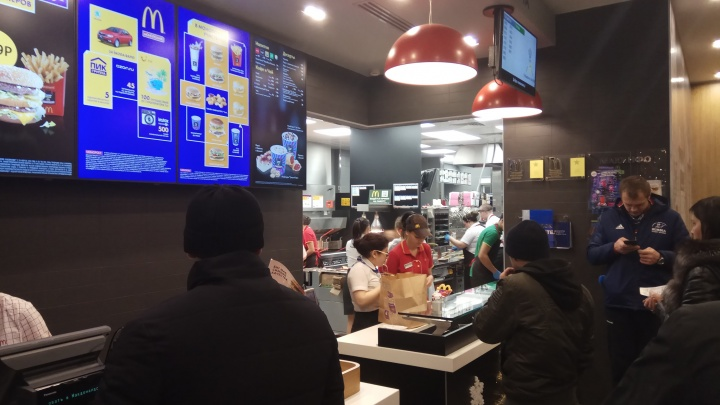 За первые два часа работыMcDonald's в Красноярске около 100 человек сделали заказы