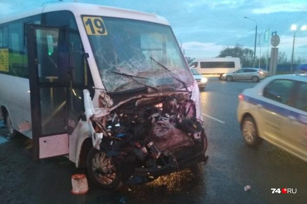 В микроавтобусе были пассажиры, не обошлось без пострадавших