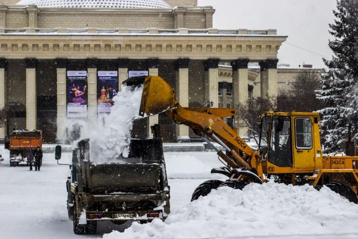 Чистка снега перед оперным театром. Фото Станислава Хоменюка