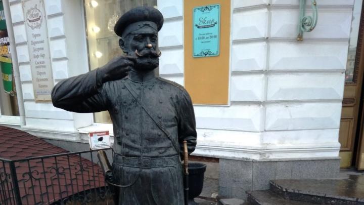 Омский бизнесмен хочет посадить около статуи Городового шестиметровую ель