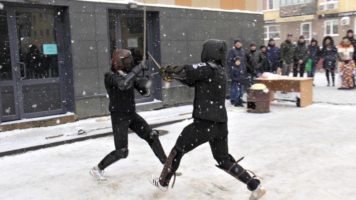 «Будь сильным» и «Забей на всё»: возле нового памятника сразились воины со средневековым оружием
