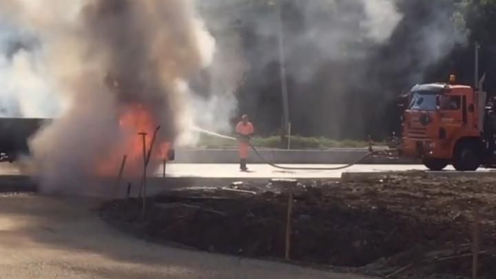 В Перми рабочий поливальной машины потушил горящий грузовик. Видео