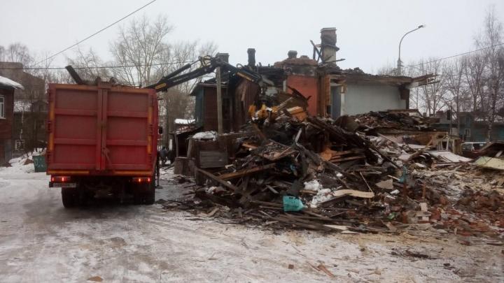 «Часть строения уже демонтирована»: в Архангельске разбирают сгоревший «девяностик»
