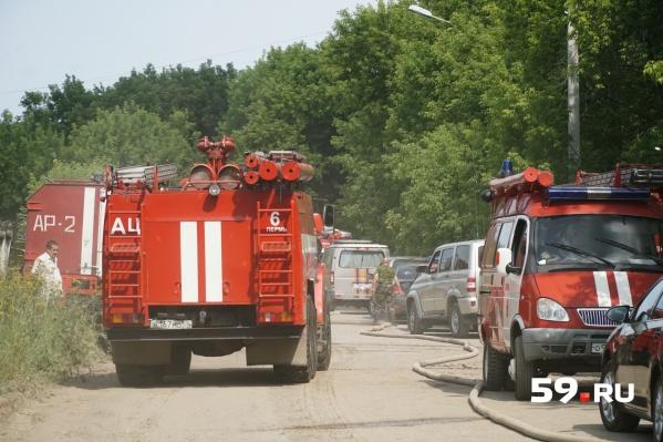 По словам представителей МЧС, в бочках и железнодорожных цистернах горела легковоспламеняющаяся жидкость