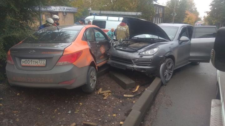 Молодая девушка выехала под «Порше» на Чернышевского: случайный пешеход и сама оказались в больнице