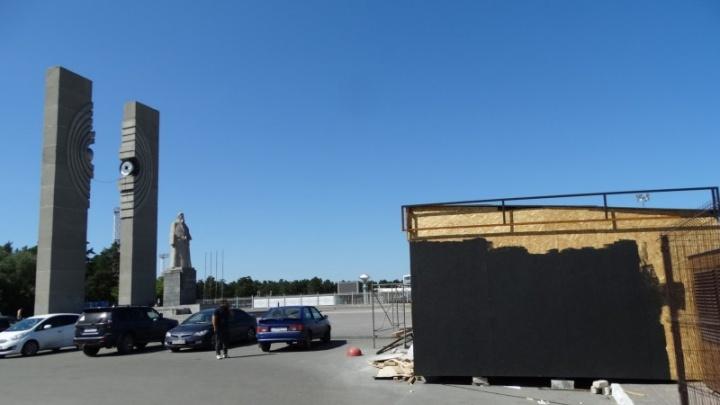 Культура против фастфуда: в Челябинске потребовали убрать киоск возле памятника Курчатову