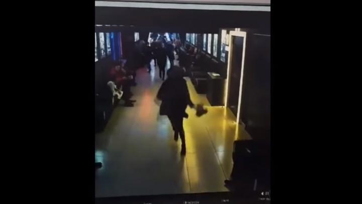 Мужчина, потерявший семью в «Зимней вишне», опубликовал новое видео эвакуации из кинозалов ТЦ