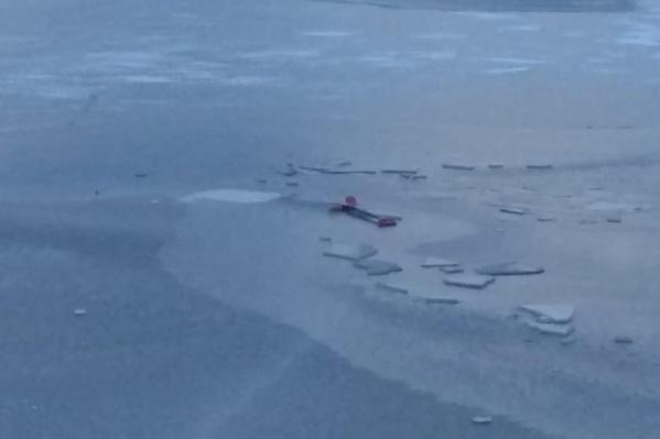 На фотографиях с места видно, что лед на водоеме еще совсем тонкий