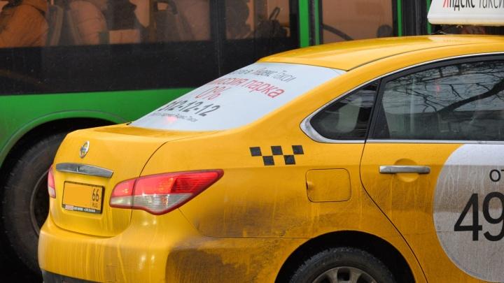 В Екатеринбурге таксист брызнул из баллончика в лицо своей пассажирке