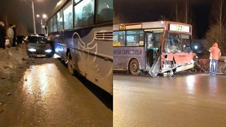 В Перми три человека пострадали при столкновении автобуса и легковушки