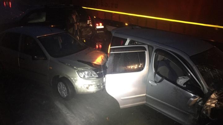 На трассе под Новосибирском произошло массовое ДТП: столкнулись сразу четыре автомобиля