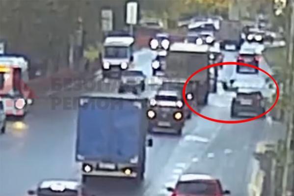 Женщина перебегала дорогу в нескольких метрах от пешеходного перехода
