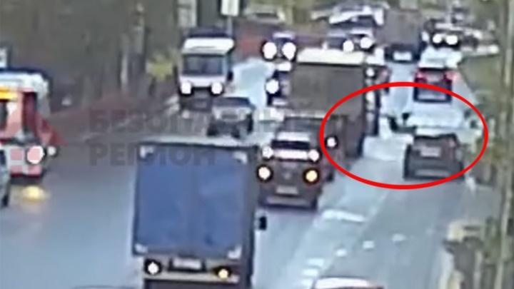 В Ярославле «Форд» сбил женщину, переходившую дорогу: происшествие попало на видео