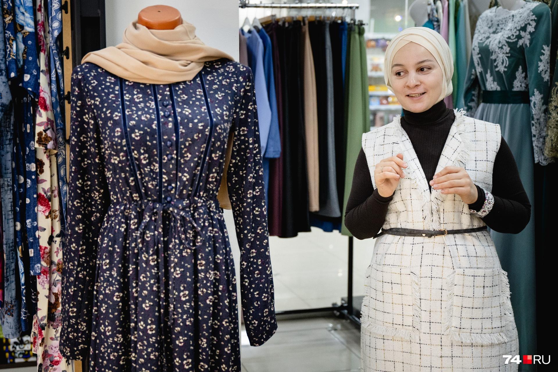 Летом закрытая одежда мусульманок смотрится ещё более непривычно, но лёгкие ткани и свободный покрой помогают пережить даже самую сильную жару