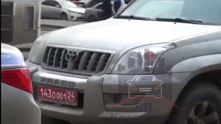 Пьяный водитель разъезжал по центру Красноярска на джипе с номерами посольства