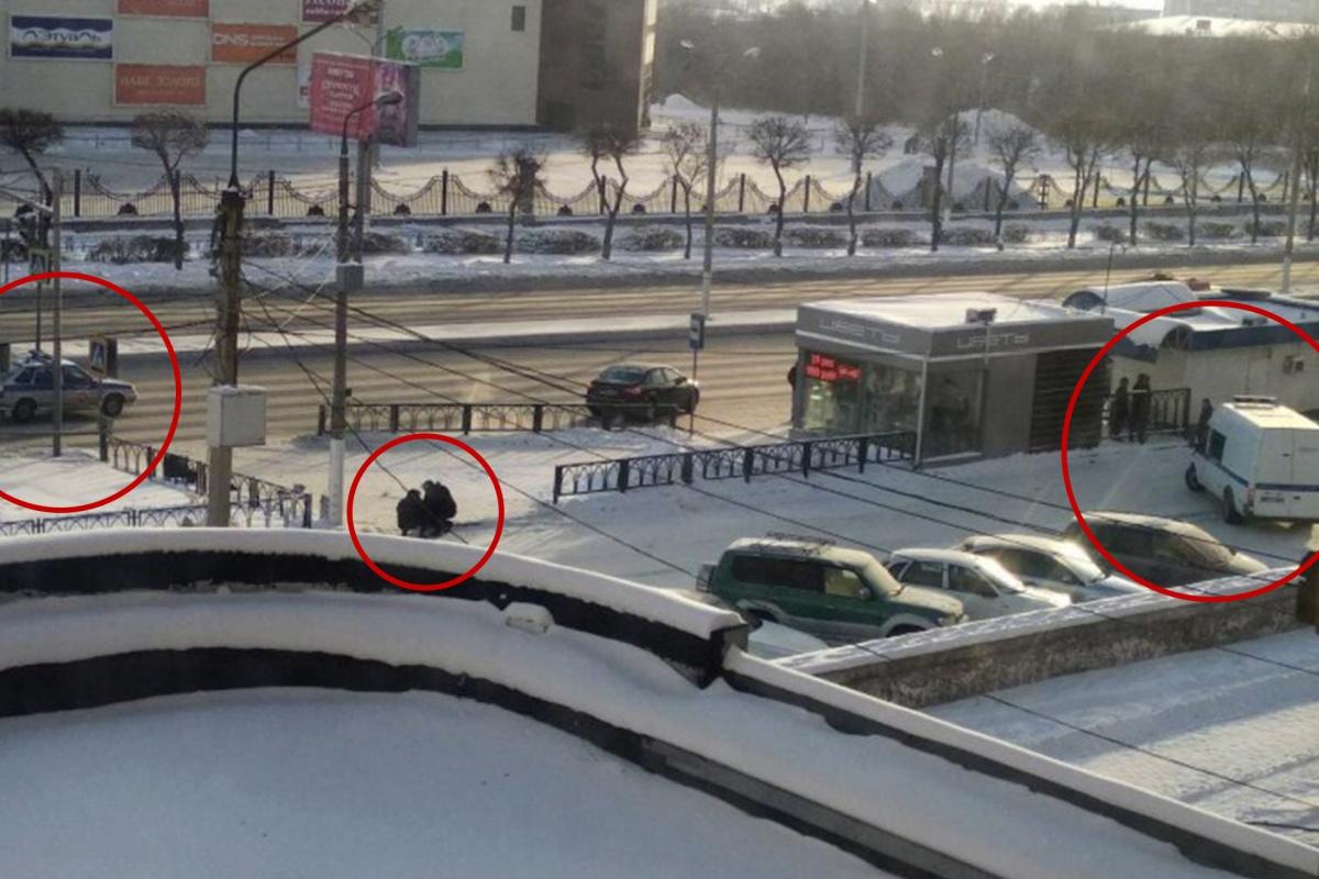 Жители соседнего дома сняли, как силовики что-то внимательно рассматривали недалеко от урны на пешеходном переходе