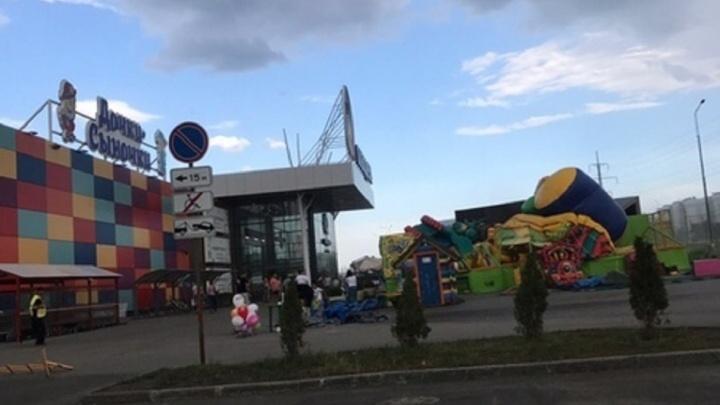 «Сын приземлился головой об асфальт»: в Тольятти сильный ветер снес батут, в котором находились дети