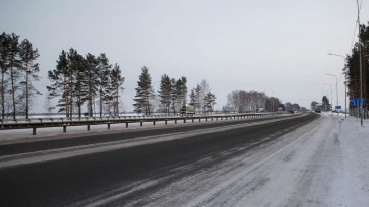 В грузовик въехала иномарка: в аварии на трассе Екатеринбург — Тюмень пострадали женщина и дети