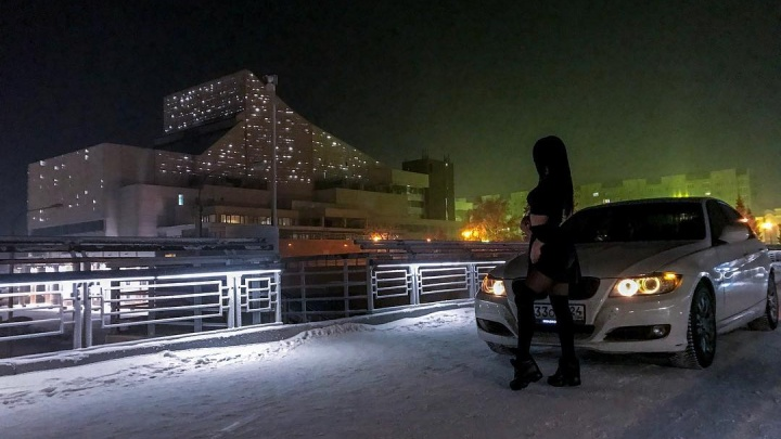 Девушка, заехавшая ради фото на вантовый мост, показала в прямом эфире встречу с ГИБДД