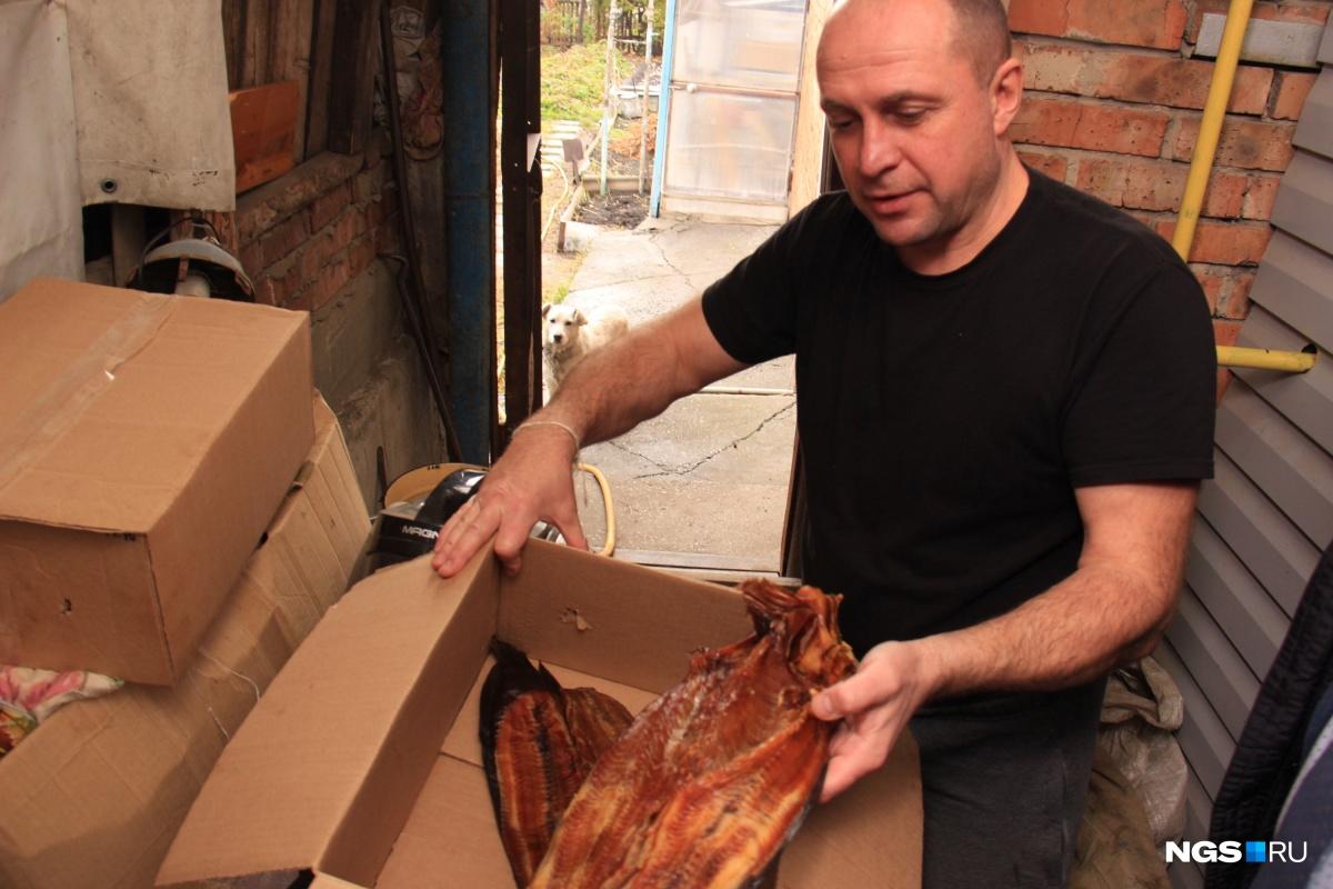 Своей коптильни у Чернова нет, поэтому, чтобы сделать готовый продукт, ему приходится платить переработчикам