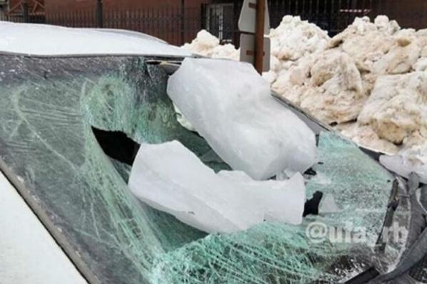 Автомобиль KIA поймал льдину возле здания казначейства, на пересечении улиц Гоголя и Чернышевского
