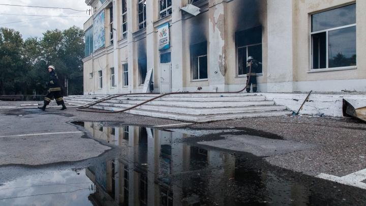 Пожарные пятый день подряд тушат спорткомплекс Волжского