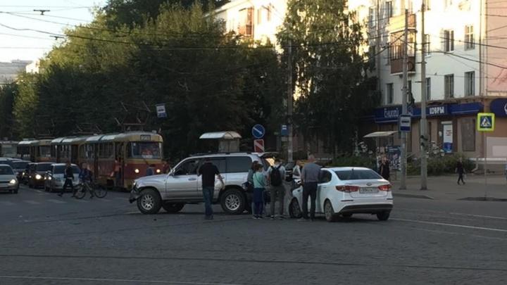 В Екатеринбурге на Ленина в сторону УПИ встали трамваи из-за аварии с двумя легковушками