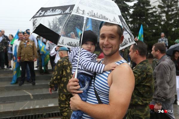 В День ВДВ десантники часто берут на гулянья своих детей