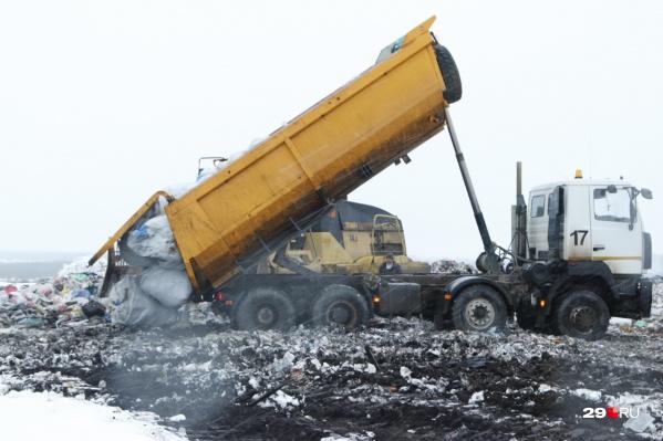 Вот так идет разгрузка мусора, который пикетчики назвали «арктическим»