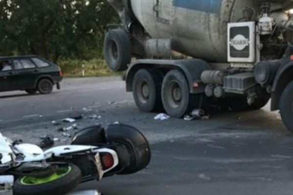 В результате лобового столкновения с грузовиком мотоциклист погиб