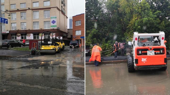 «Нашли лучшее время». На Харьковской дорожники укладывали асфальт в дождь