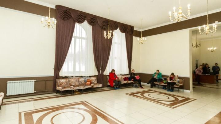 «Дочь рыдала весь вечер»: в челябинском дворце пионеров детей должников не пустили на занятия