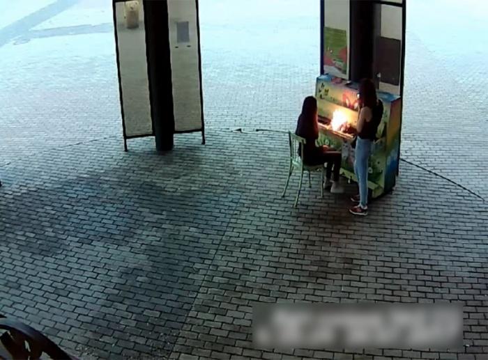 Две девушки подожгли пианино в «Арт-сквере»: их ищет полиция (фото)